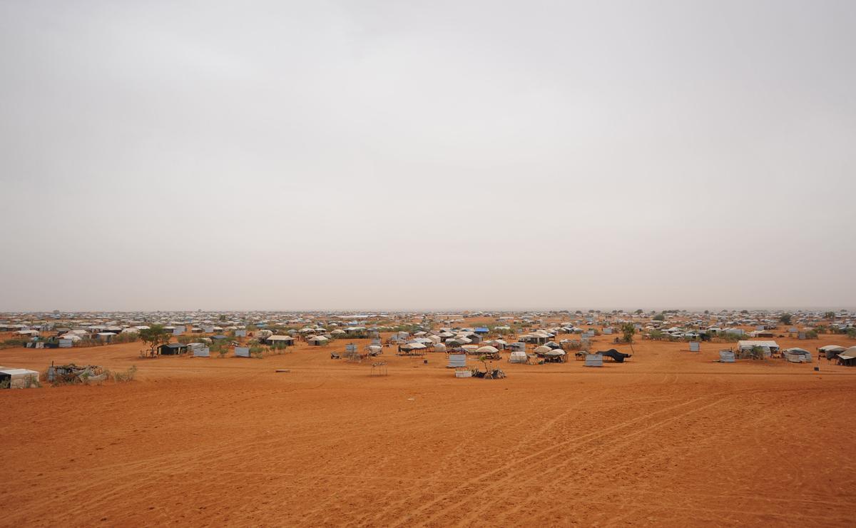 Kontrast zum grünen Gemüse: Das Lager Mberra mitten in der Wüste Mauretaniens. Foto: LWB/C. Kästner